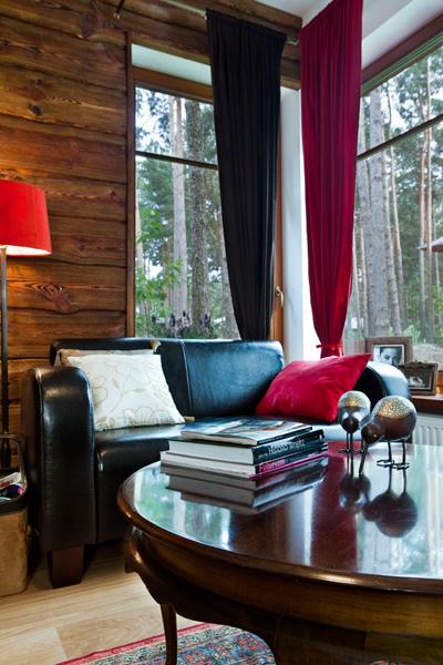 Materiały: skóra i drewno, miękkie dywany. Projekt salonu w domu jednorodzinnym. Materiały: skóra i drewno, miękkie dywany. Architekt wnętrz, projektant, dekorator.