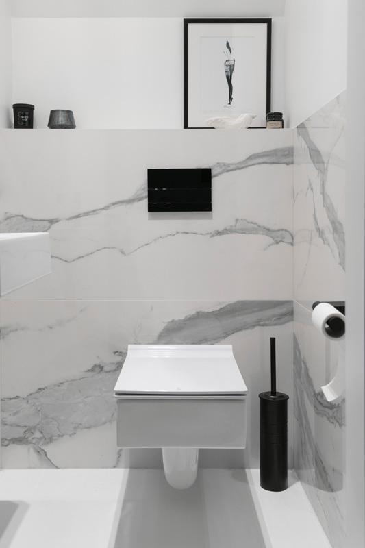 Białe płytki w łazience